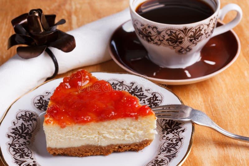 Gâteau au fromage avec la confiture de goiabada, tasse de café images stock