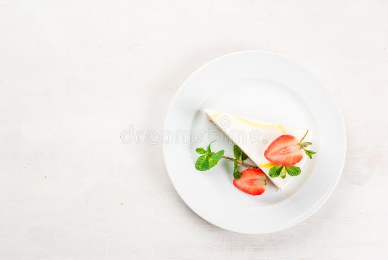 Gâteau au fromage avec la menthe et les fraises photographie stock libre de droits