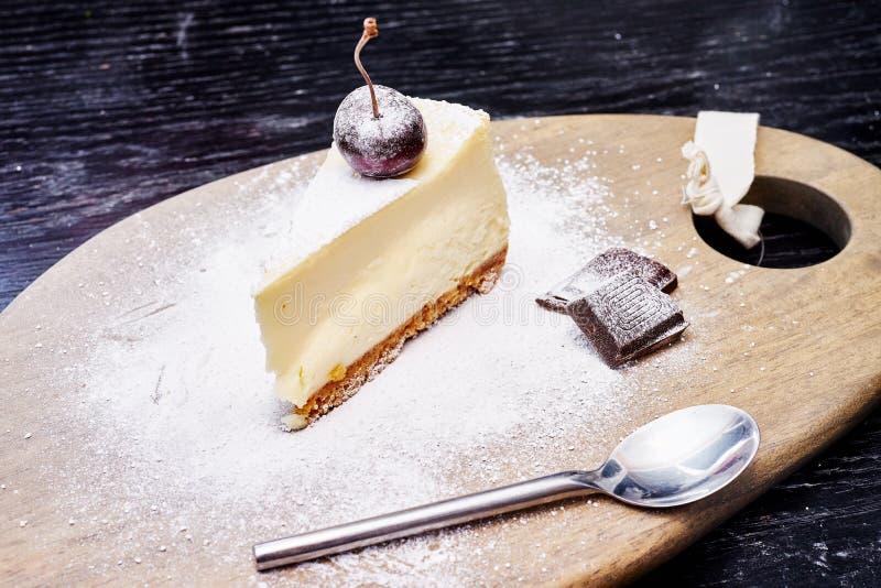 Gâteau au fromage avec la myrtille arrosée avec du sucre glace photo libre de droits