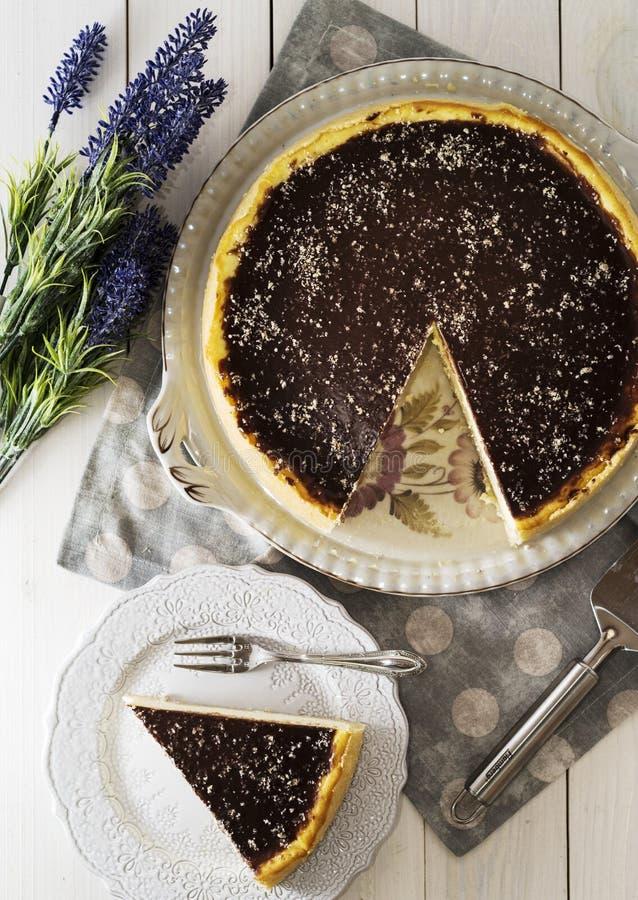 Gâteau au fromage avec le lustre de chocolat photographie stock libre de droits