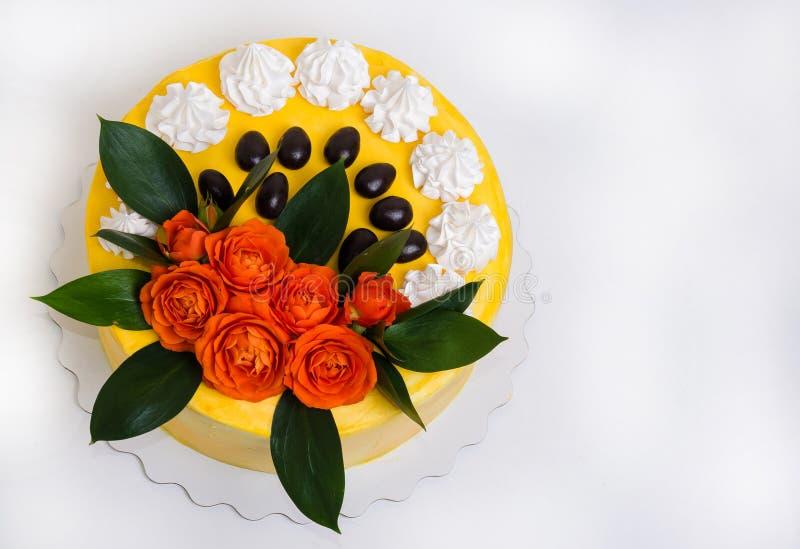 Gâteau au fromage crème de vanille avec les roses oranges image stock