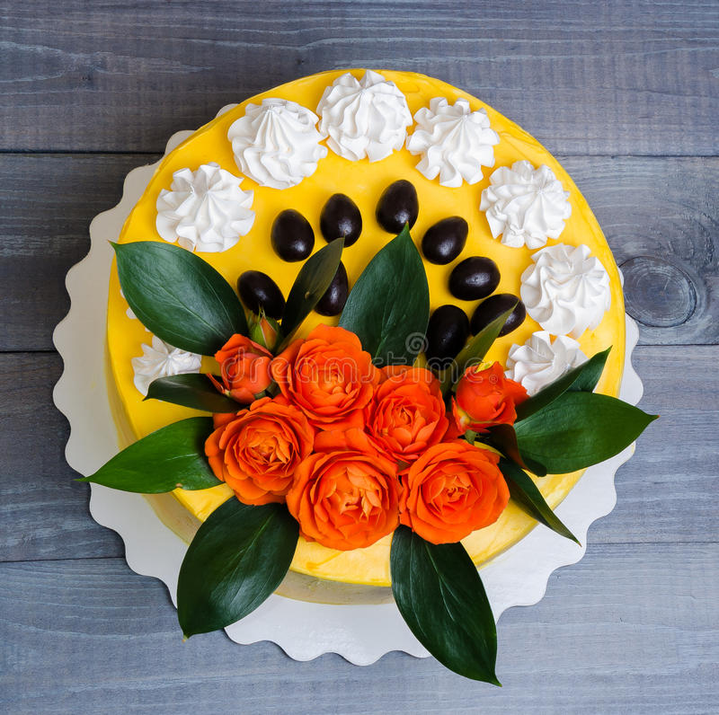 Gâteau au fromage crème de vanille avec les roses oranges photos stock