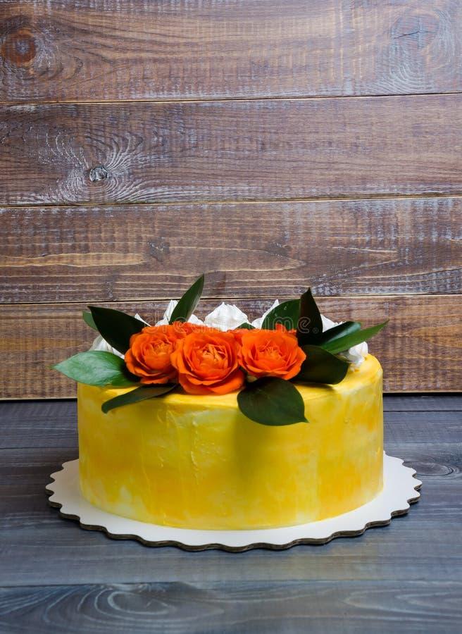 Gâteau au fromage crème de vanille avec les roses oranges images libres de droits