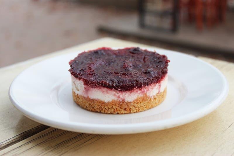 Gâteau au fromage crémeux avec le bonbon à baie sur le dessus images stock