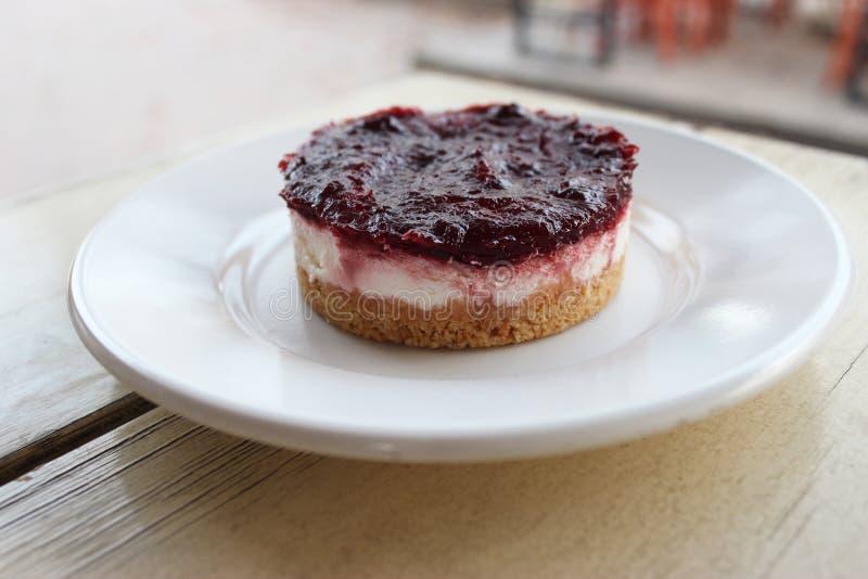 Gâteau au fromage crémeux avec le bonbon à baie sur le dessus photos libres de droits