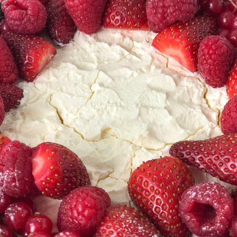 Gâteau au fromage crémeux délicieux avec des baies sur le blanc images libres de droits