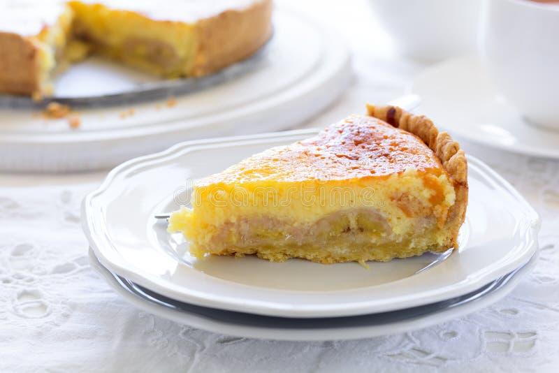 Gâteau au fromage délicieux de gâteau de banane avec la tasse de thé sur la table blanche Concept heure du thé Copiez l'espace photos stock