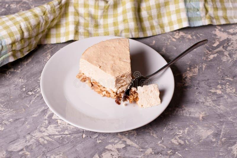 Gâteau au fromage de caramel d'un plat blanc photo stock