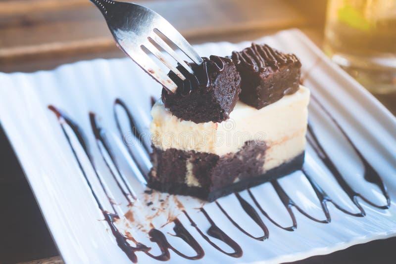 Gâteau au fromage de chocolat avec le 'brownie' sur le dessus photo stock