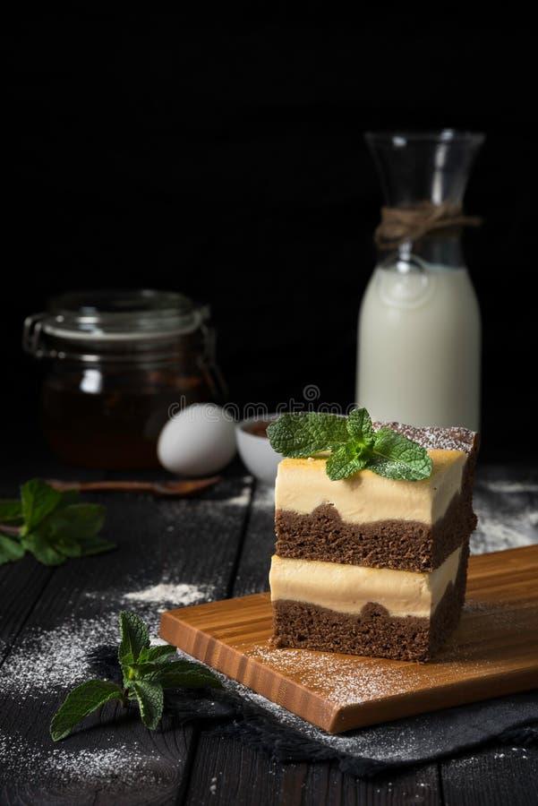 Gâteau au fromage de chocolat avec le remplissage de vanille photographie stock