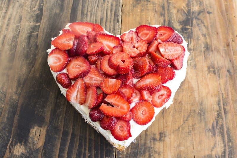 Gâteau au fromage de coeur avec des fraises image stock