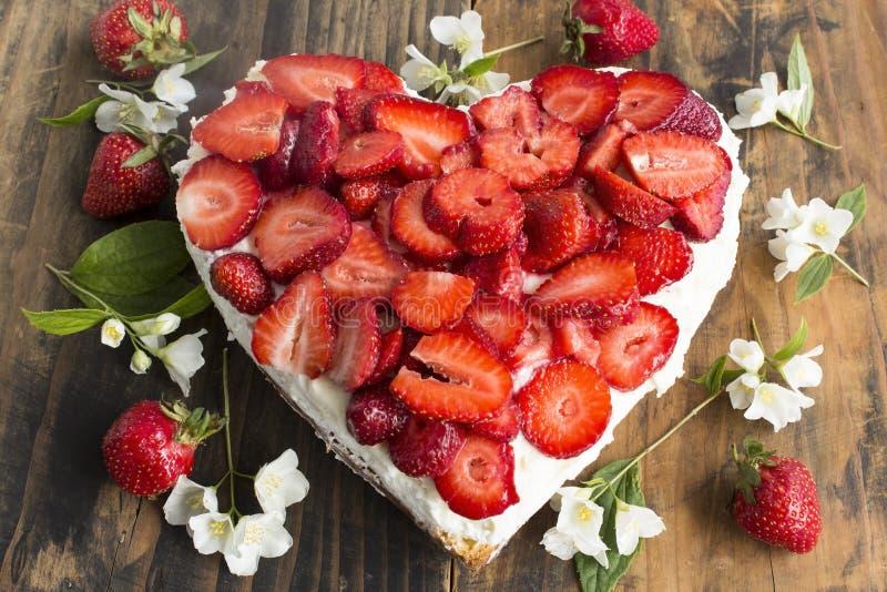 Gâteau au fromage de coeur avec des fraises photos stock