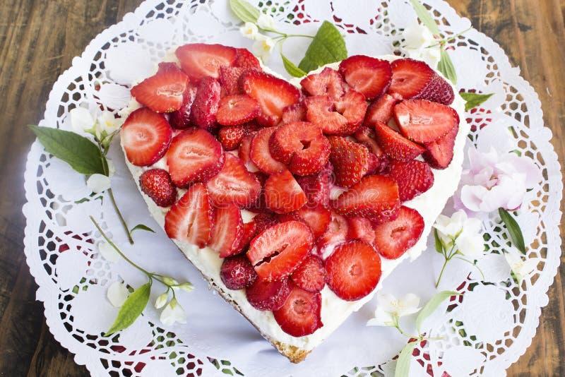 Gâteau au fromage de coeur avec des fraises photo libre de droits