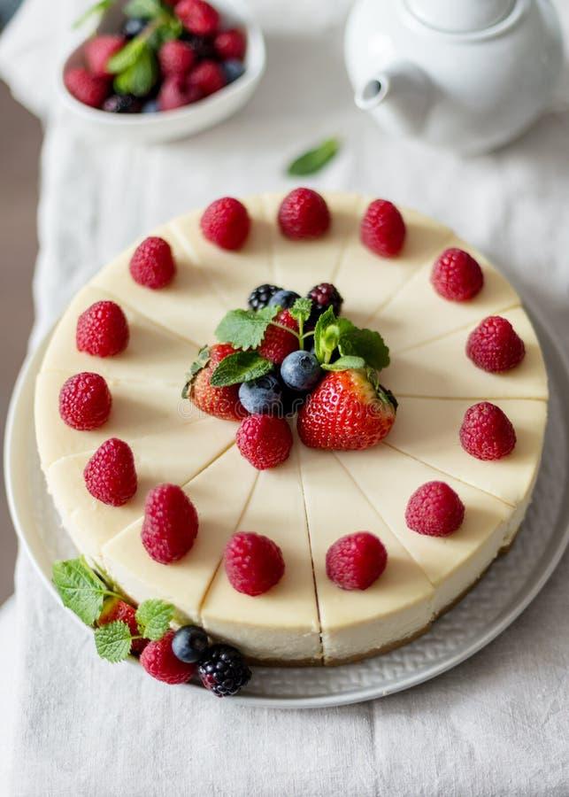 Gâteau au fromage de coton avec la menthe et la fraise d'un plat gris Fin vers le haut photographie stock