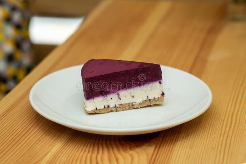 Gâteau au fromage de fruit du plat blanc dans le restaurant photos libres de droits