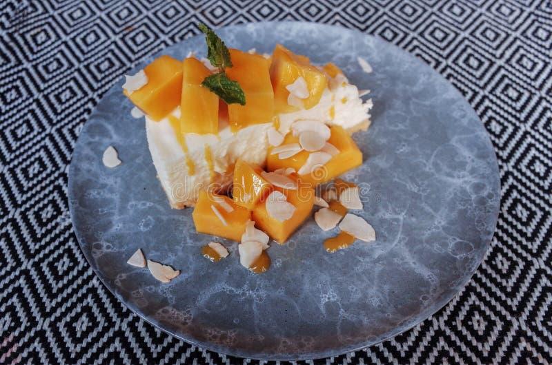 Gâteau au fromage doux délicieux de fruit de mangue de nourriture photographie stock