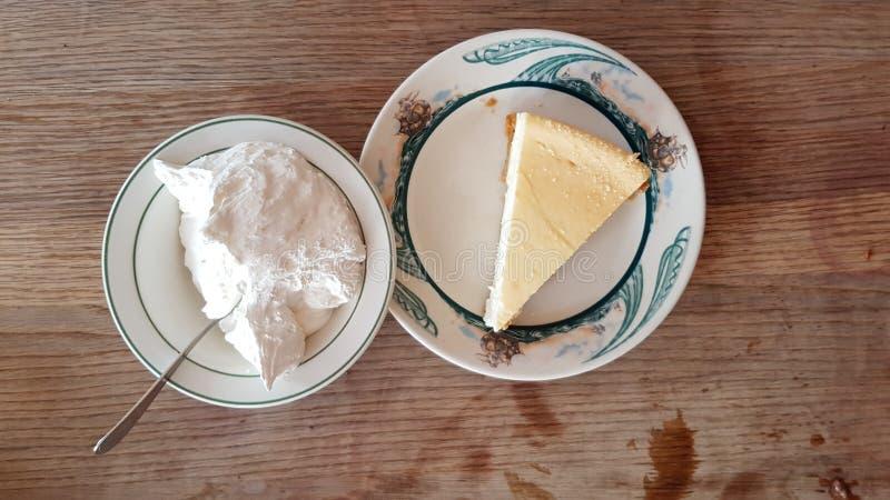 Gâteau au fromage et crème fouettée photographie stock