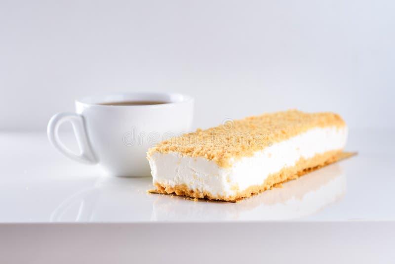 Gâteau au fromage et tasse de café au-dessus du fond blanc images libres de droits
