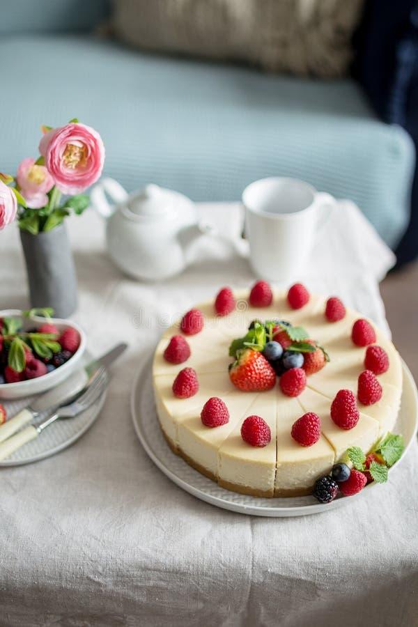 Gâteau au fromage, gâteau fait maison avec des baies de fraise dans un plat gris Concept de nourriture de fête douce images stock