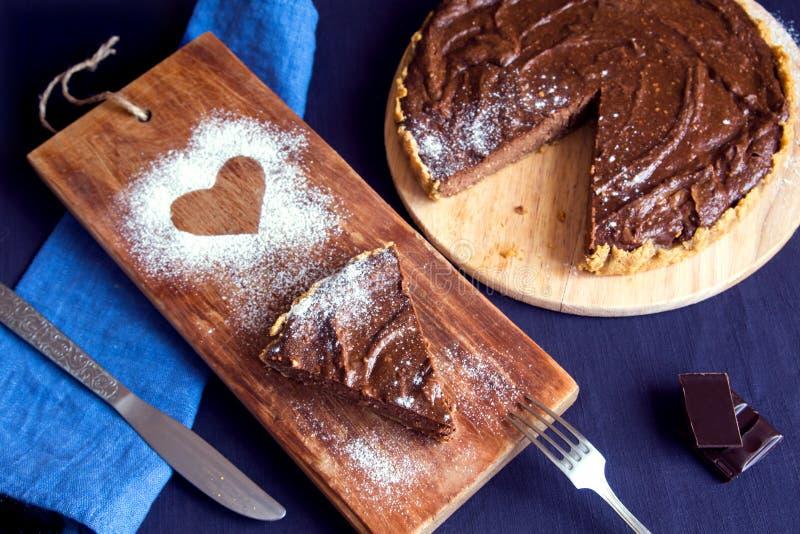 Gâteau au fromage fait maison de chocolat images stock