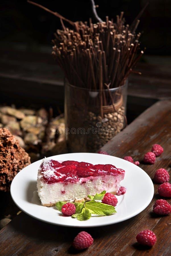 Gâteau au fromage fait maison de framboise avec la menthe et les baies photographie stock libre de droits