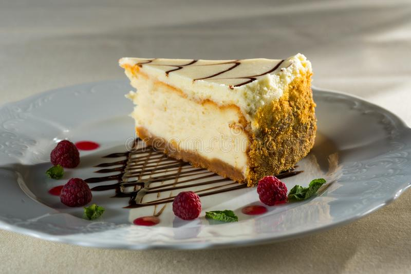 Gâteau au fromage frais avec des baies de framboise images stock