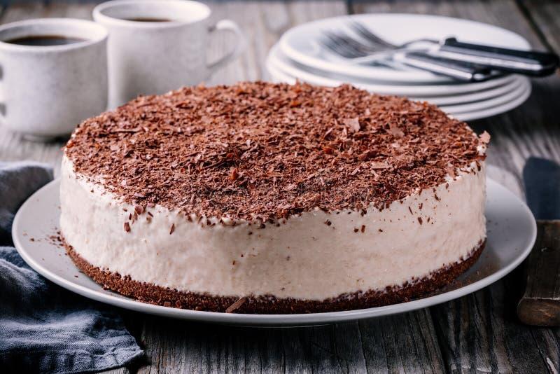 Gâteau au fromage froid de chocolat d'un plat photographie stock