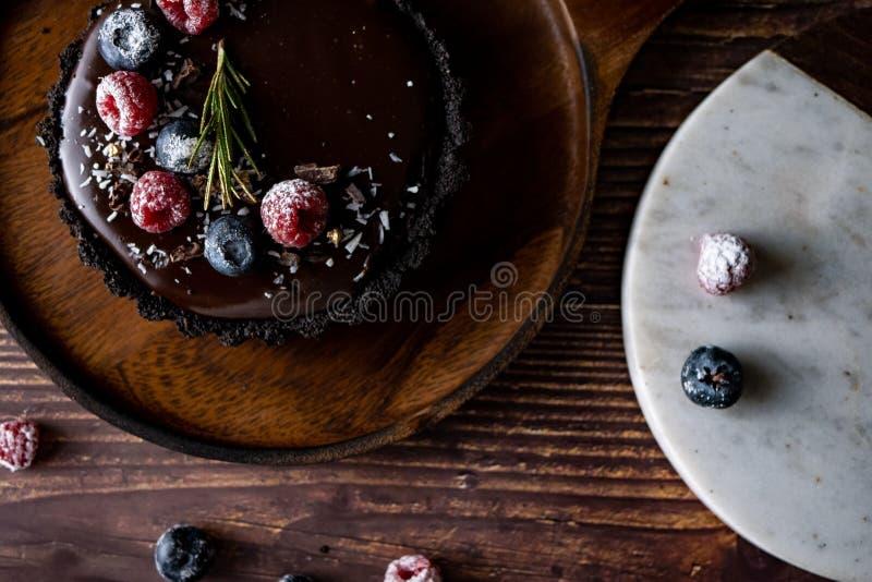 Gâteau au fromage au goût âpre de chocolat avec les baies fraîches dessert délicieux pour l'anniversaire image stock