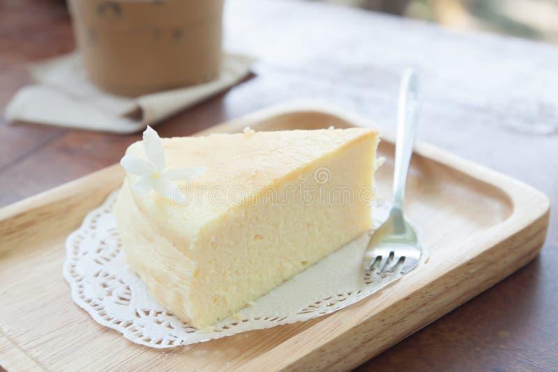 Gâteau au fromage japonais de plat en bois image libre de droits