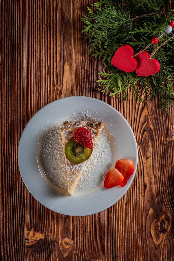 Gâteau au fromage le jour du ` s de Valentine avec la fraise et les coeurs photos stock