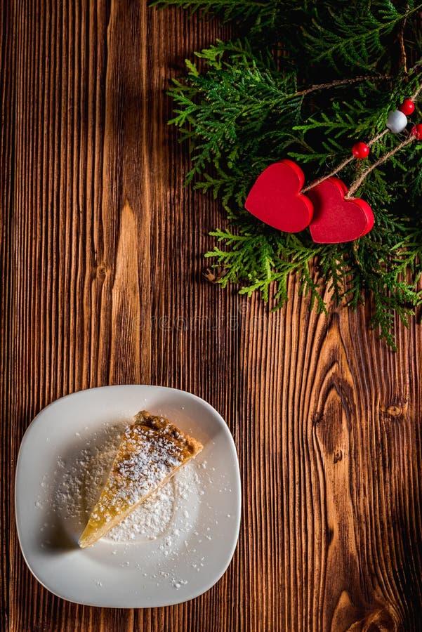 Gâteau au fromage le jour du ` s de Valentine avec la fraise, les coeurs de kiwi sur le sapin et le fond en bois photos stock