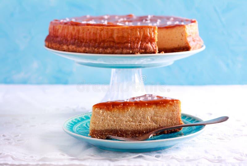 Gâteau au fromage salé de caramel, coupé en tranches photos stock