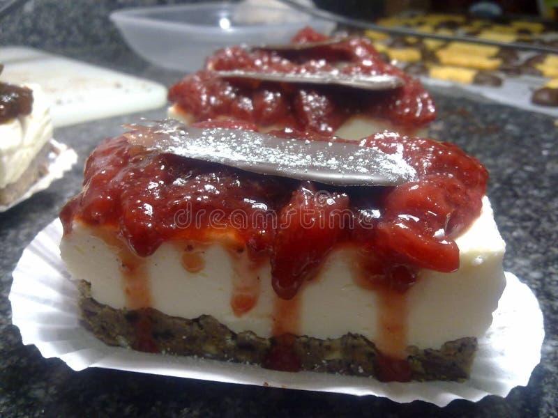 Gâteau au fromage savoureux de baies avec la confiture photos stock