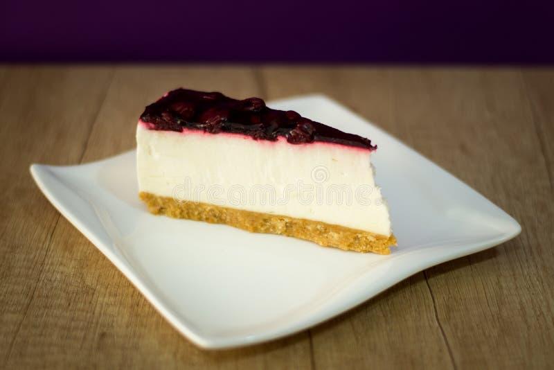 Gâteau au fromage sur le plat blanc avec le fruit image libre de droits