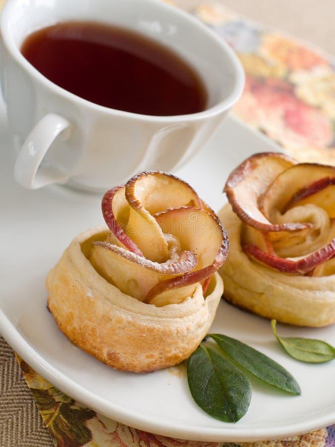 Gâteau aux pommes et thé images libres de droits