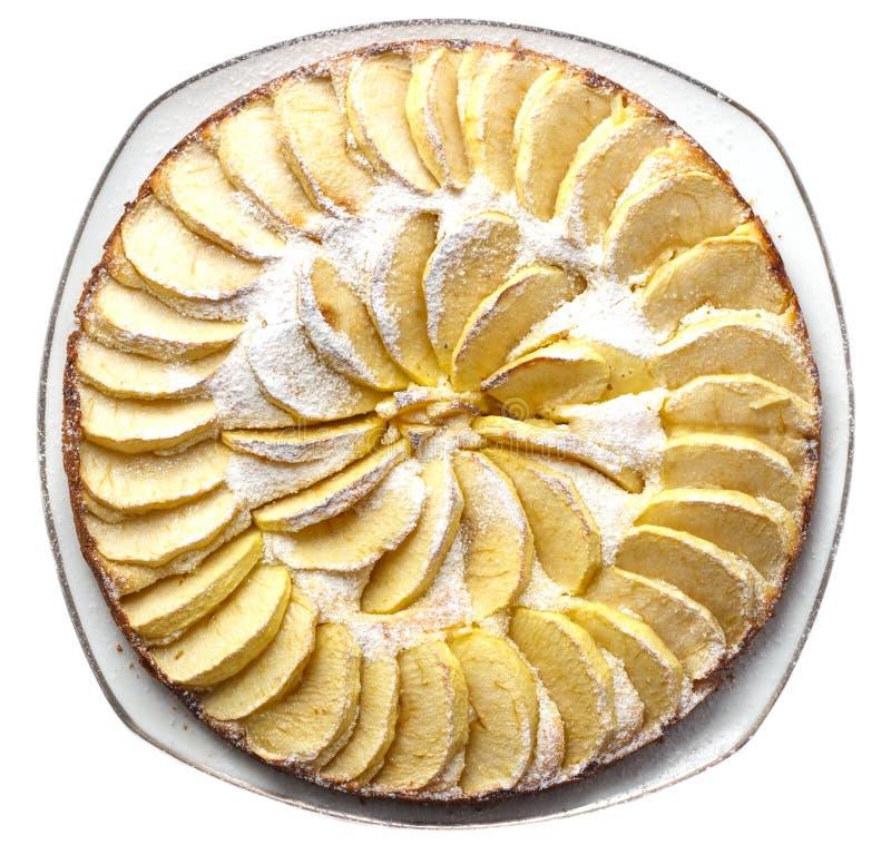 Gâteau aux pommes fait maison épousseté avec des mensonges de sucre glace d'un plat sur une vue supérieure de fond blanc image libre de droits