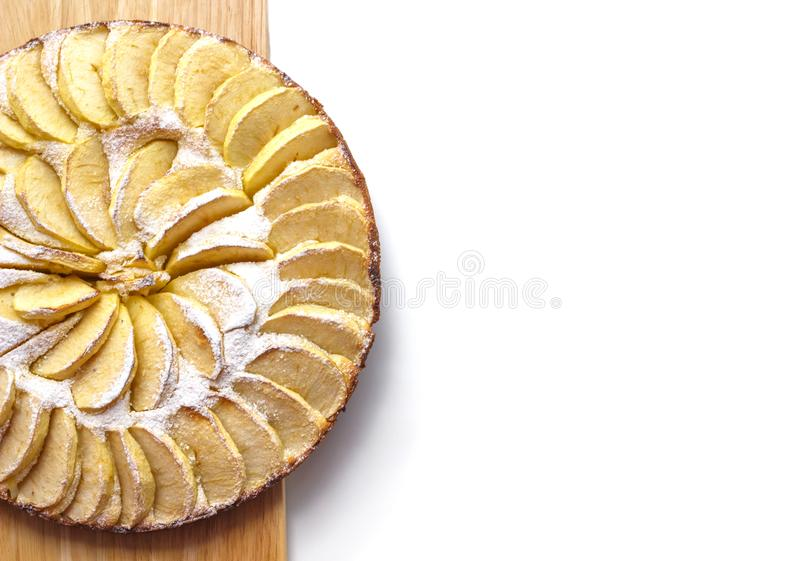 Gâteau aux pommes fait maison épousseté avec des mensonges de sucre glace sur un espace libre de vue supérieure de conseil en boi photo libre de droits