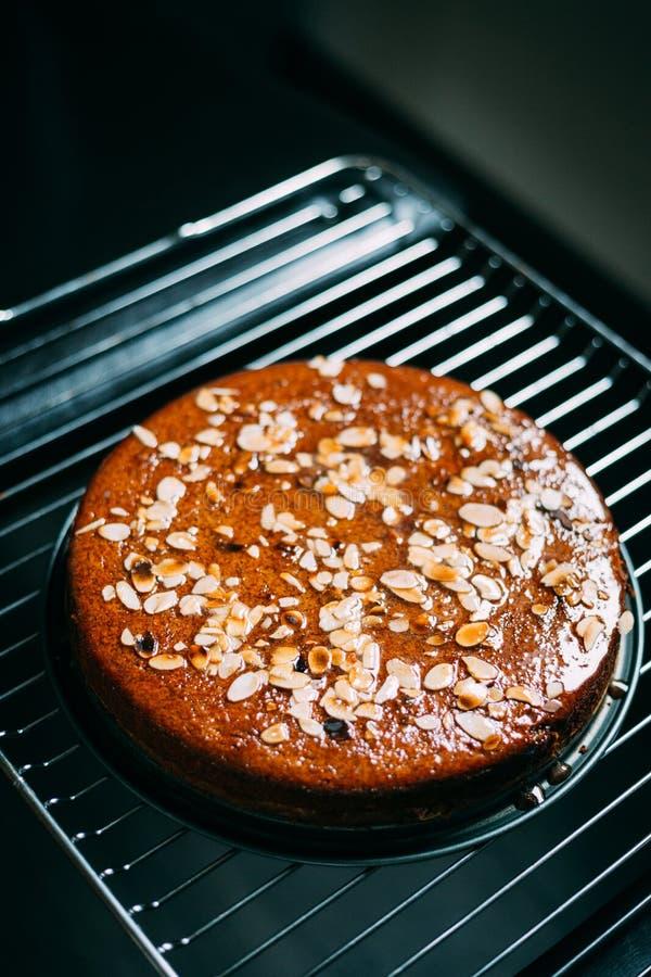 Gâteau aux pommes fait maison d'amande de Paleo avec le sirop orange de cannelle photographie stock libre de droits