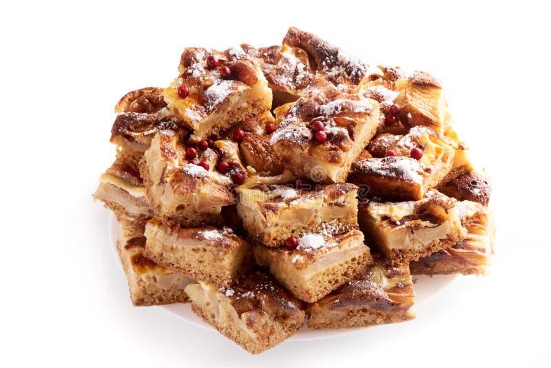 Gâteau aux pommes fait maison doux avec de la cannelle et la poire, d'isolement sur le fond blanc photo libre de droits