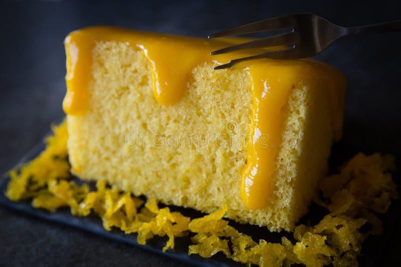 Gâteau avec de la crème d'oeufs images stock