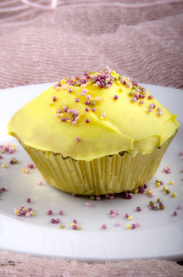 Gâteau avec de la crème de beurre de citron image libre de droits