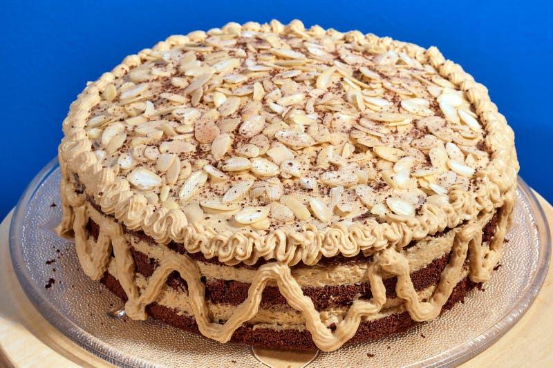 Gâteau avec de la crème et des amandes images libres de droits