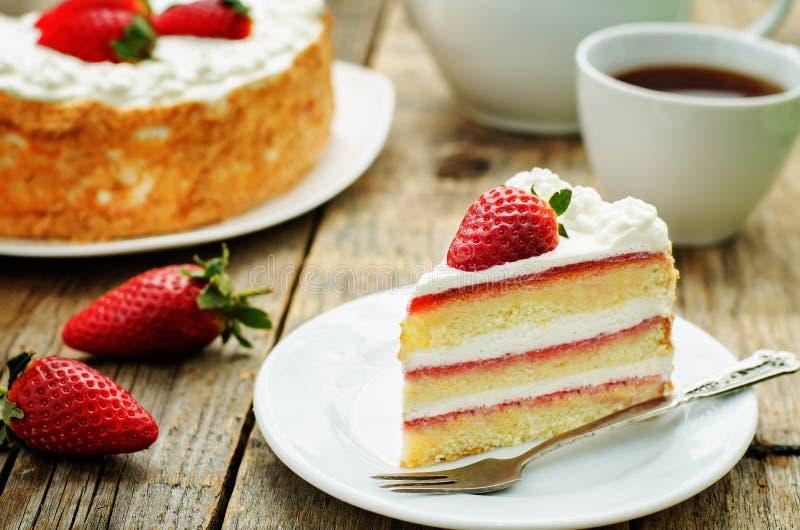 Gâteau avec de la crème et des fraises image libre de droits