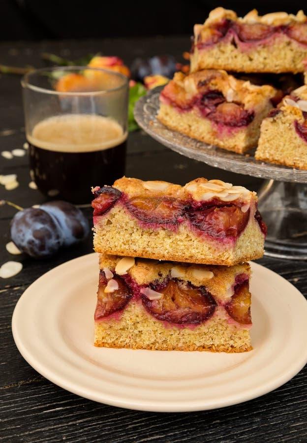 Gâteau avec des amandes et des prunes images libres de droits
