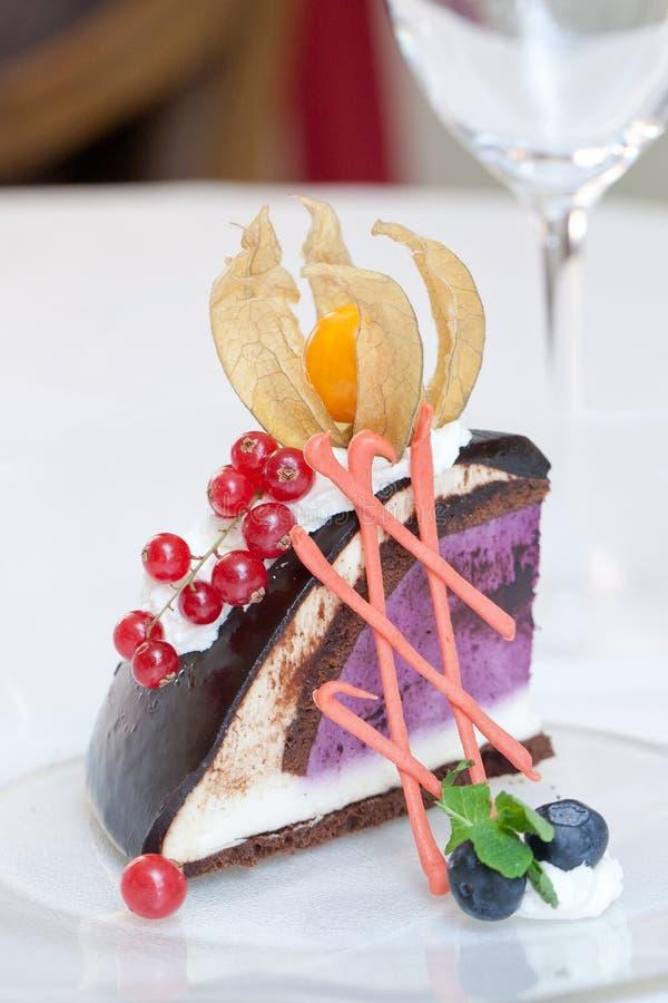 Gâteau avec des baies : photos stock