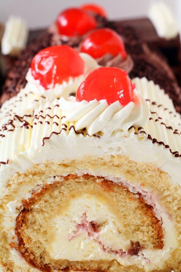 Gâteau avec des cerises images stock