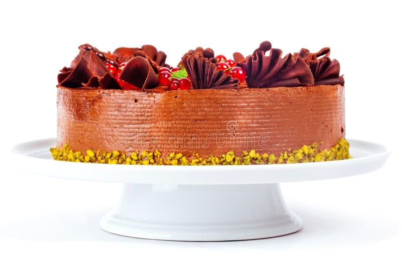 Gâteau avec des cerises et des écrous de groseilles de fraises images stock