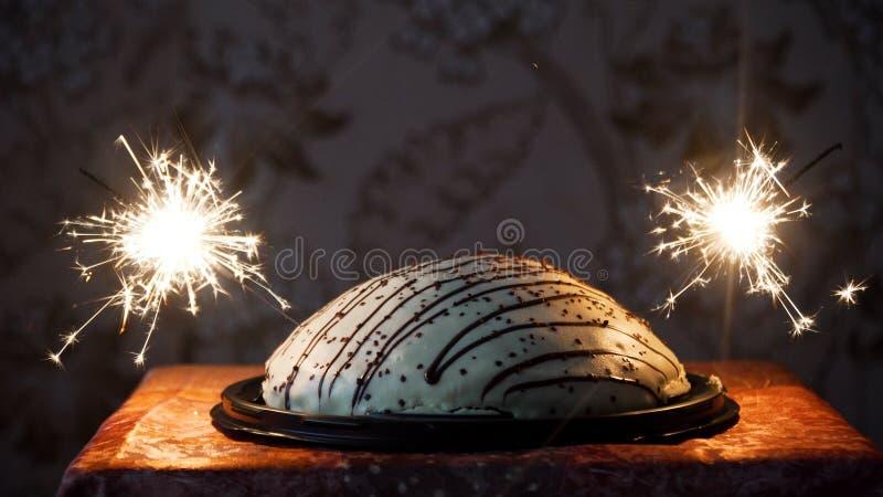 Gâteau avec des feux d'artifice images libres de droits