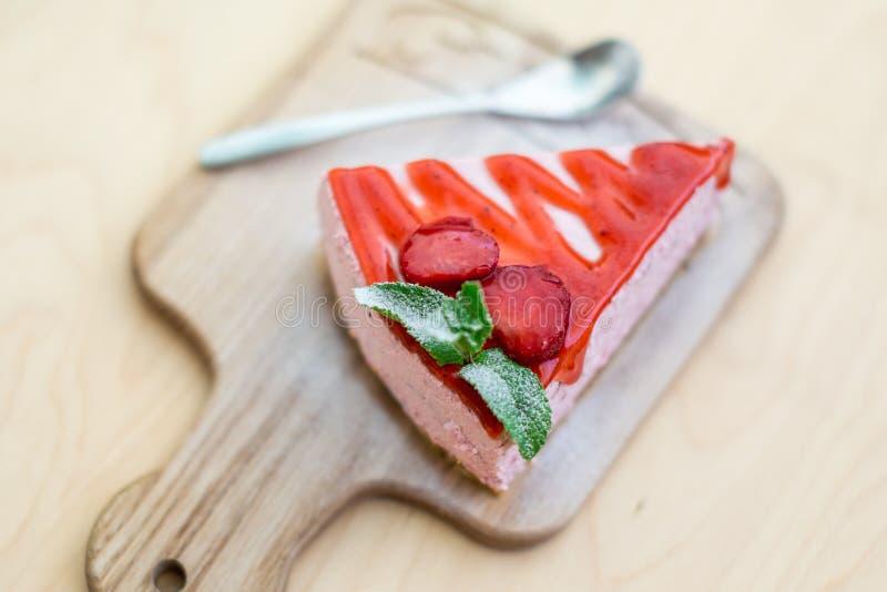 Gâteau avec des fraises sur un brun images stock