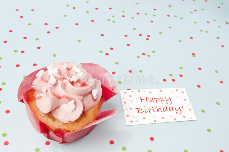 Gâteau avec des souhaits d'anniversaire photos libres de droits
